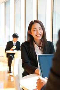カフェで話をするビジネスマン達の写真素材 [FYI02069938]