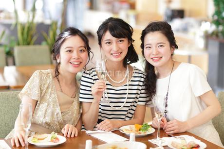 女子会をする女性3人の写真素材 [FYI02069949]
