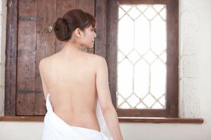 横を向いた若い女性の背中の写真素材 [FYI02069952]