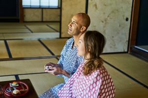 浴衣姿で日本酒を楽しむ外国人カップルの写真素材 [FYI02069967]