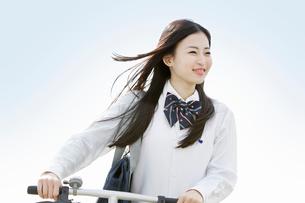自転車を押しながら歩く女子高校生の写真素材 [FYI02069969]