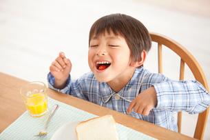 パジャマ姿で朝食をとる男の子の写真素材 [FYI02069977]