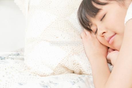 ベッドで眠っている若い女性の写真素材 [FYI02069979]