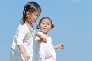 手をつないで散歩する姉妹の写真素材 [FYI02070003]