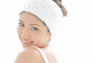 ヘアバンドをした若い女性の写真素材 [FYI02070029]