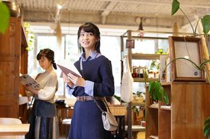 ショッピングを楽しむ女性2人の写真素材 [FYI02070057]