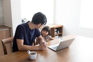 ノートパソコンを見る父親と娘の写真素材 [FYI02070066]