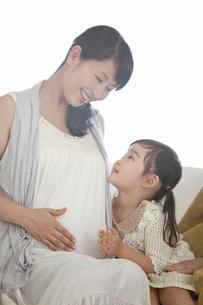 妊婦の母親に寄り添う女の子の写真素材 [FYI02070074]