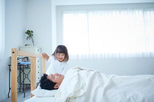 父親を起こす女の子の写真素材 [FYI02070075]