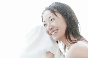 タオルで髪の毛を拭く若い女性の写真素材 [FYI02070088]