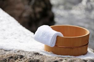 雪と風呂桶とタオルの写真素材 [FYI02070105]