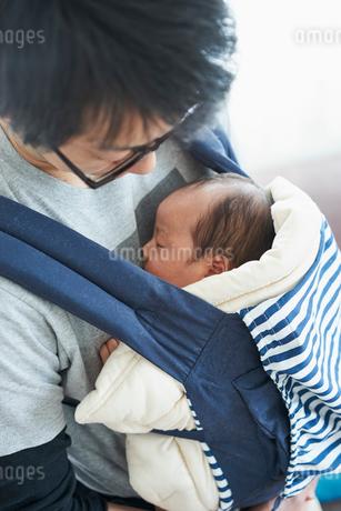 赤ちゃんを抱く父親の写真素材 [FYI02070109]