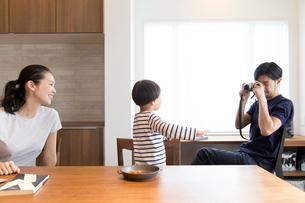息子を撮影する父親と笑顔の母親の写真素材 [FYI02070135]