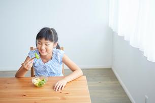 フルーツを食べる女の子の写真素材 [FYI02070159]
