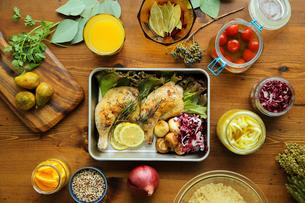 ローストチキンレッグといろいろな食材の写真素材 [FYI02070175]