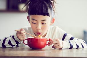 食事をする女の子の写真素材 [FYI02070185]