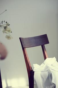 椅子に置いたシャツの写真素材 [FYI02070196]