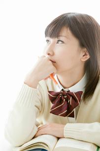 ノートを取りながら考える女子高校生の写真素材 [FYI02070198]