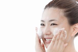 洗顔料で顔を洗う女性の写真素材 [FYI02070203]