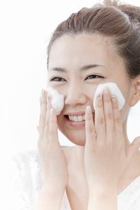 洗顔料で顔を洗う女性の写真素材 [FYI02070217]