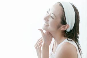 首をマッサージする若い女性の写真素材 [FYI02070228]