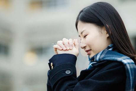 お祈りをする女子高校生の写真素材 [FYI02070243]