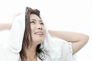 タオルで髪の毛を拭く若い女性の写真素材 [FYI02070248]
