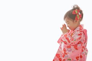 七五三の着物を着てお祈りをする女の子の写真素材 [FYI02070268]