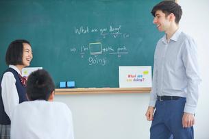 授業中の外国人講師と生徒の写真素材 [FYI02070279]