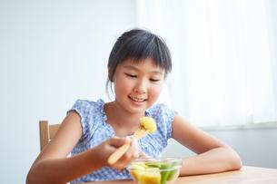 フルーツを食べる女の子の写真素材 [FYI02070283]