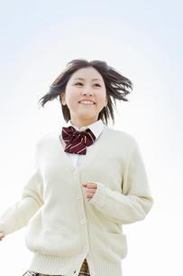 髪をなびかせて走る女子高校生の写真素材 [FYI02070290]