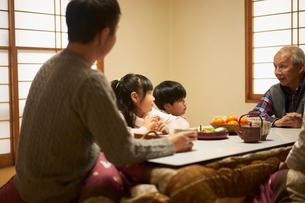 こたつでくつろぐ家族の写真素材 [FYI02070291]