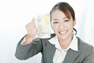 ジョッキのハイボールで乾杯するスーツ姿の女性の写真素材 [FYI02070296]