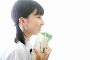 参考書を読む女子高校生の写真素材 [FYI02070309]