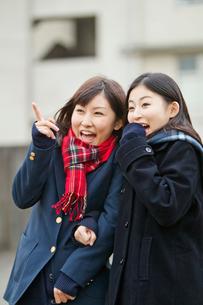 指を指して喜ぶ女子高校生の写真素材 [FYI02070322]