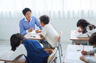 授業中の教師と生徒の写真素材 [FYI02070328]