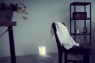椅子に掛けた洋服の写真素材 [FYI02070345]