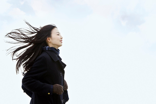 髪をなびかせて走る女子高校生の写真素材 [FYI02070356]