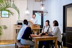 ミーティングをする外国人と日本人の写真素材 [FYI02070368]
