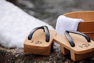 雪と下駄と風呂桶の写真素材 [FYI02070383]