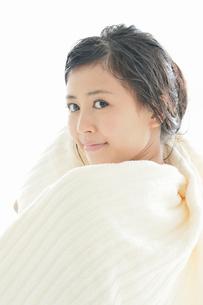 タオルで髪の毛を拭く若い女性の写真素材 [FYI02070444]
