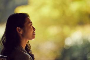 ミドル女性の横顔の写真素材 [FYI02070448]