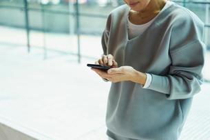 スマートフォンを操作する女性の写真素材 [FYI02070455]