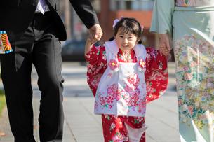 両親と手をつなぐ七五三和装の女の子の写真素材 [FYI02070487]