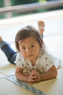 畳に寝転ぶ女の子の写真素材 [FYI02070520]