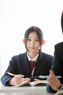 授業を受ける女子高校生の写真素材 [FYI02070523]
