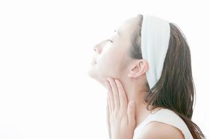 首をマッサージする若い女性の写真素材 [FYI02070554]