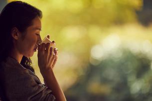 コーヒーを飲むミドル女性の横顔の写真素材 [FYI02070555]