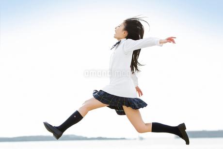 ジャンプする女子高校生の写真素材 [FYI02070556]