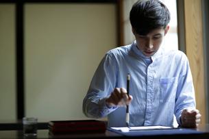 書道をする外国人男性の写真素材 [FYI02070562]